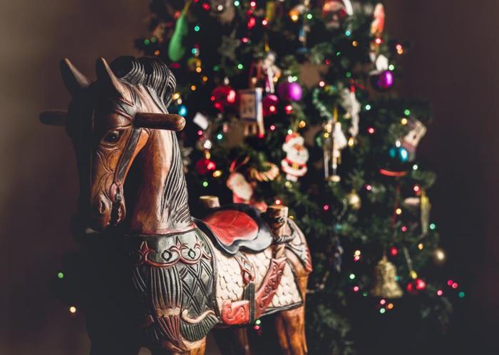 各家庭には、もちろんクリスマスツリーも。本物のモミの木を使うのが一般的で、クリスマス前には、店頭でモミの木が売られたり、百貨店にオーナメントのコーナーが儲けられたりもします。