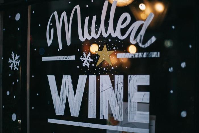 クリスマスマーケットや街中のパブやバーでは、モルドワインという温かいワインが販売されます。