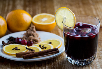 シナモンやスターアニス、レモンなどを加えて温めたワインは、身体をほっこり温めてくれます。