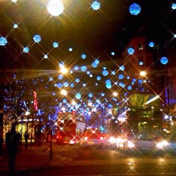 クリスマスプレゼントを買い求める人でいっぱいになる、オックスフォードストリート。立ち並ぶ百貨店のショーウィンドーは、惜しみないくらい豪華に彩られます。