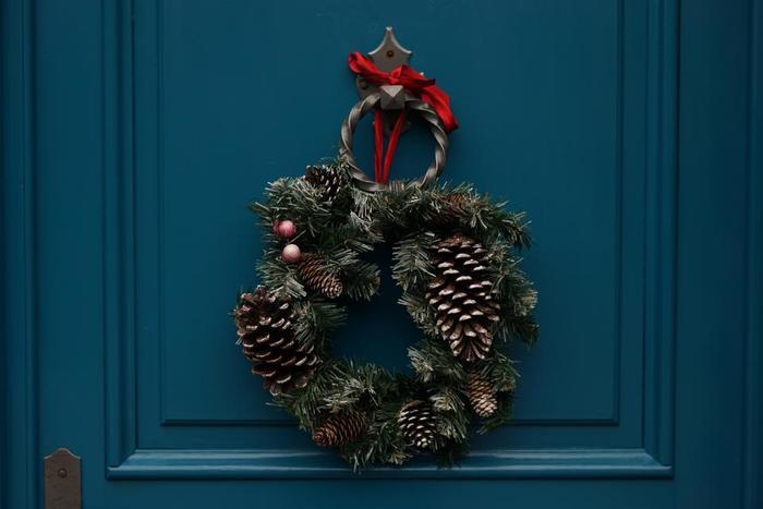 クリスマス前になると、街中のおうちの玄関にリースが飾られます。住宅街を歩くだけでも、なんだか楽しい気分になります。