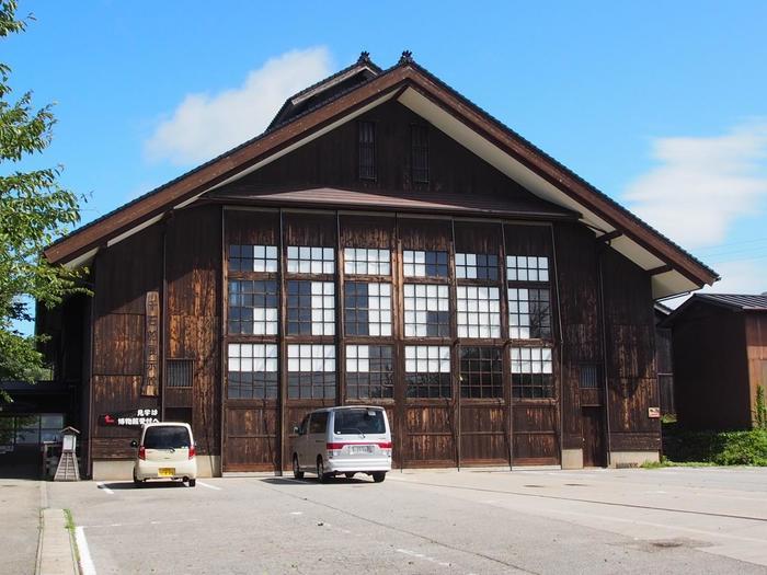 佐渡ゆかりの民俗学者である宮本常一氏の提案により設立された「佐渡国小木民俗博物館」は、大正9年に建てられ昭和45年に廃校となってしまった旧宿根木小学校の、木造の校舎をそのまま博物館として利用しています。
