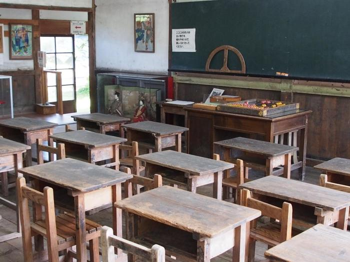昔、使われていた教室がまだ残っています。初めてなのに懐かしい場所に、心が和みそう。