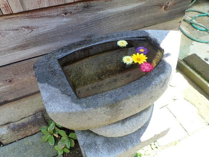 家の前にある手水鉢まで舟の形をしていて素敵。