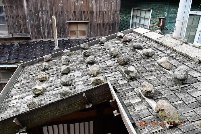 また、一部の家屋の屋根は、「石置木羽葺屋根」という、薄く割った板を何枚も重ねて作られており、その上に石が置かれています。
