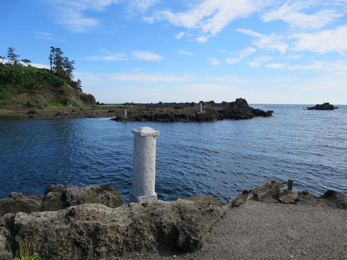 こちらは舟を止めておくための「船つなぎ石」。さすが「千石船と船大工の里」と呼ばれるだけあり、今でも海岸のあちこちで見ることができます。