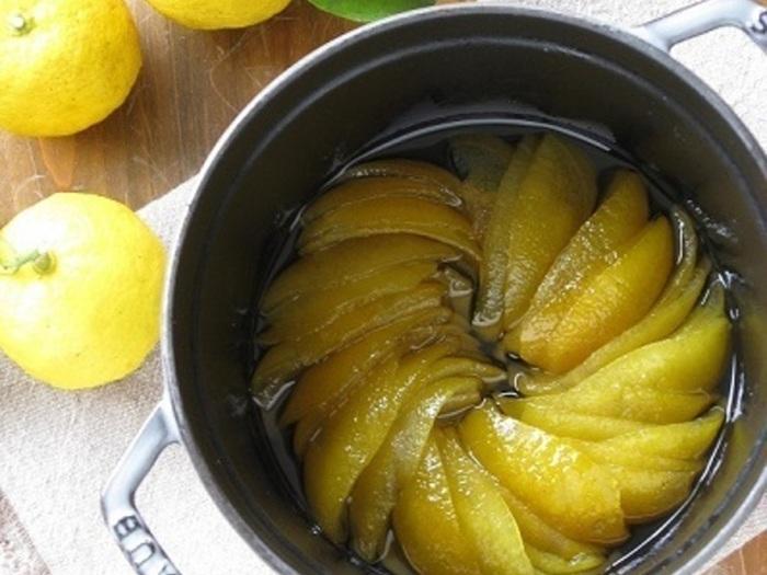 無農薬の柚子が手に入ったら、皮を使って柚子ピールを作ってみませんか?アクや苦みを取り除くために、皮を一晩水にひたしたら、砂糖と水で作ったシロップに入れて冷ます工程を繰り返して作ります。少し手間はかかりますが、つややかな柚子皮は豊かな香り。そのまま食べるのはもちろん、刻んでケーキに加えてもおいしいんですよ。