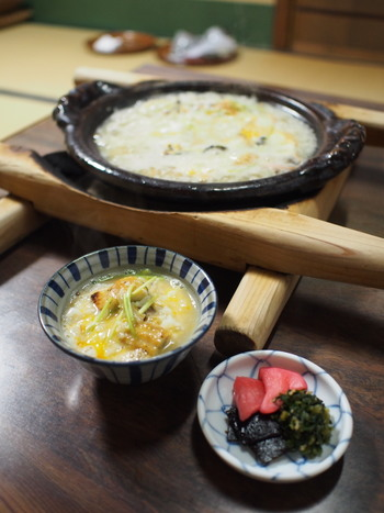 「鰻鍋(うなべ)」のあとの「鰻雑炊(うぞうすい)」では、鰻は「白焼き」に。  優しいお味で、汗ばむほどぽかぽかと身体が温まるでしょう。