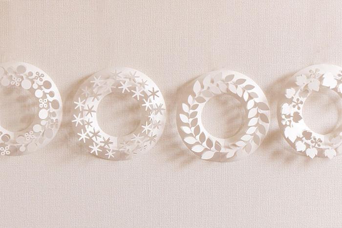 インテリアプロダクトのデザインや商品開発を手がける伊藤千織さんの「ペーパーリース」。真っ白でシンプルなリースは、お部屋にひとつずつ飾っても、並べて飾ってもかわいい!