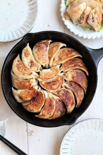 キャベツを入れた餃子も白菜と同じく定番の人気レシピです。こちらのレシピはお肉の分量より野菜の方が多いのでさっぱりしてヘルシー♪