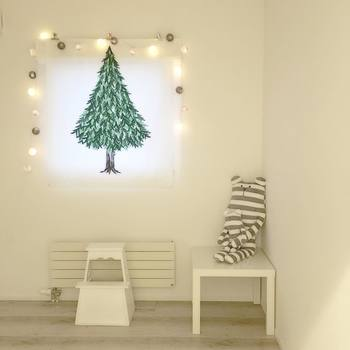 こちらのおうちでは、クリスマスのタペストリーを窓枠に飾りつけ。このあと、オーナメントを取り付けるか悩まれているそうですが、周りのライトやお部屋の雰囲気と合っていて、このままでもとてもステキですね♪