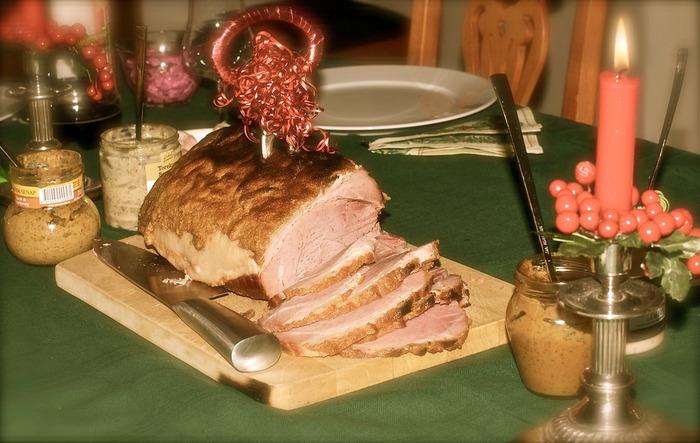 スウェーデンのクリスマスは、⼀般的に豚⾁を⾷べる習慣があります。「ユールシンカ(Julskinka)」は、豚⾁のお尻の部 分のお⾁を使ったお料理。もちろん、もも⾁などで作っても◎