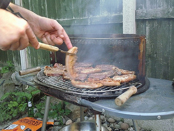 南アフリカのバーベキューという意味の「ブラーイ(braai)」は、クリスマスにはランチで⾷されます。ターキーやラムチョップなどを使⽤するのが⼀般的なのですが、鶏⾁で作るのもいいですね!