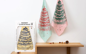 ハンカチにプリントされているのは大きなツリー。一点を留めると、おしゃれなクリスマスツリーができあがるmottaの人気ハンカチーフです♪