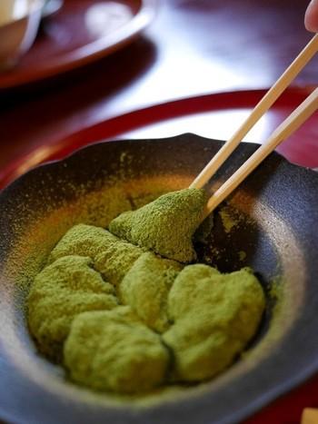 選び抜いたわらび粉で丁寧に練り上げられた『抹茶わらびもち』。ふんわりとした餅は箸でつまむと落ちてしまいそうな程柔らかいです。