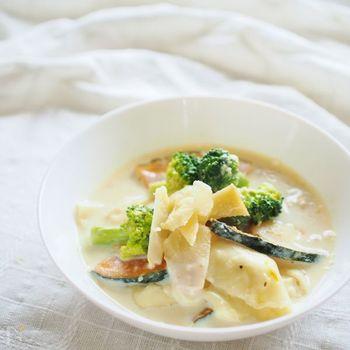 餃子の皮で豆腐を包み、豆乳で煮た優しい甘さを感じられるラビオリ風。かぼちゃとブロッコリーもたっぷりでヘルシーです。