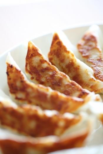 餃子を焼くときは、火をつける前に餃子を並べ、熱湯を加えて蒸し焼きし、水分がなくなってから油を入れます。ゴマ油を入れれば香り豊かな焼き餃子に。