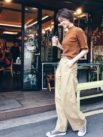 チノのワイドタックパンツは、タイトなトップスをパンツにタックインすることで、ハリのある立体シルエットをいかした着こなしに。