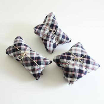 布だから、さまざまな形のプレゼントに対応できるのもうれしいところ。麻のひもがナチュラル感を演出してくれます。