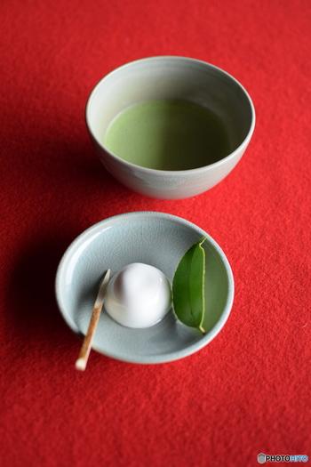 また、「抹茶」は茶葉を乾燥させ、石臼で挽いて粉にしたもので独特の作法で飲みます。茶の味がダイレクトに伝わり、和菓子やスイーツの材料としても使われます。このように、日本茶には様々な種類がありますが、個人の好みや季節などによって飲み分けられています。