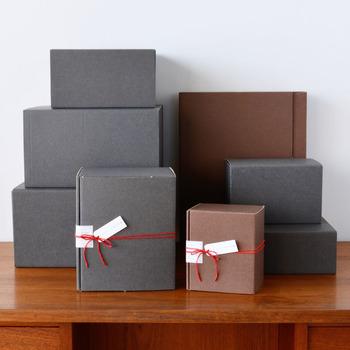 陶器などの割れ物や、商品を複数まとめての贈り物、改まった贈り物のシーンのために、有料のギフトボックスのオプションも。落ち着いた印象のマットなチャコールグレーとブラウンの2色。サイズによって色が決まるので、色はお店にお任せ。
