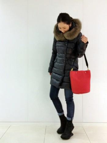 細身のデニムにデュベティカのダウンコートを着るだけで女性らしいシンプルシックなスタイルに。バッグの赤を差し色にするとオシャレ度アップ!