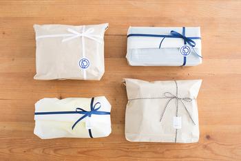 包装紙やペーパーバッグの上からリボンをかけた、有料のラッピング。ナチュラルでかわいいイメージです。