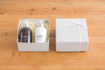 イヤマ・オーガニックコスメ専用のオリジナルギフトボックス。コスメ商品が2つ、リップポマードをいれると3つまで入ります。箱にプリントされたイヤマちゃんのロゴマークがポイント。