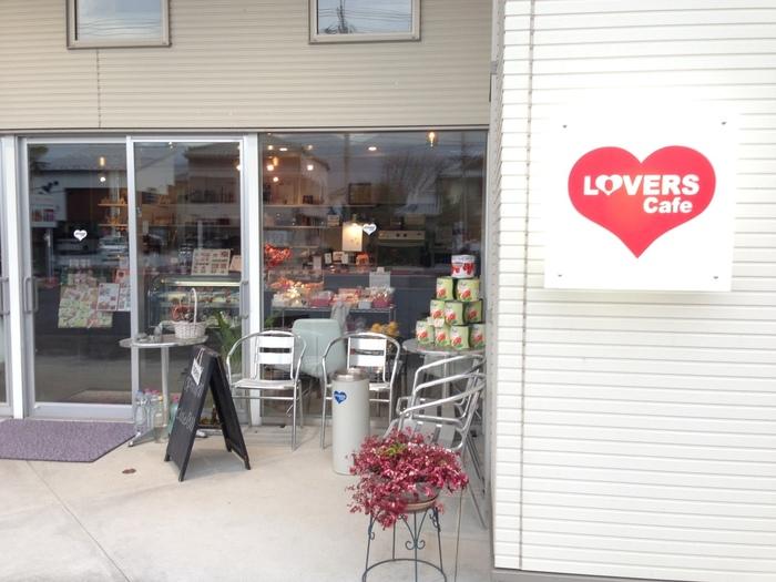 長瀞エリアの女子に大人気の「LOVERS Cafe」は、長瀞駅から歩いて約20分、隣の野上駅からなら歩いて7~8分のところにあります。真っ赤なハートの看板が目印。