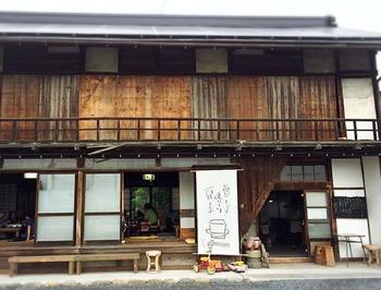 長瀞駅から7~8分歩いたところにある「お豆ふ処うめだ屋」は、築100年以上の古民家を改築したレストラン。休日はすぐに満席になってしまうほどの人気店です。田舎のおばあちゃんのおうちにおじゃましたような懐かしい外観がステキ。
