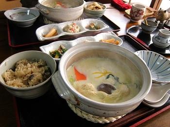 ランチは季節によってメニューが変わりますが、冬は豆乳の湯豆腐鍋と炊き込みごはん、小鉢のセット。豆腐は秩父在来大豆「白光」と天然にがりを使用。毎朝手造りしていて大豆の濃厚な味が口いっぱいに広がります。一口目は何もつけずにお豆腐だけの味を楽しむのがおすすめ。  小鉢やごはんもやさしい味で、体の中からキレイになりそうなランチです。