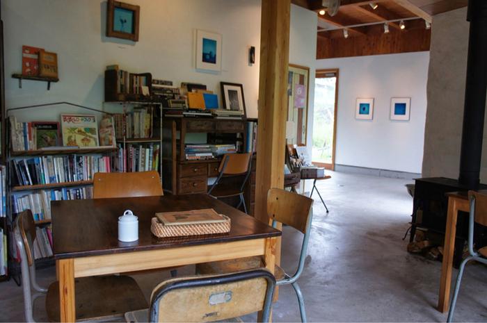 ギャラリーを併設している店内には、オーナーで写真家でもある保坂彩樹(ほさか あやき)氏の写真や、アーティストの作品が展示されています。心が洗われるような作品は購入も可能です。