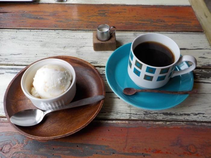 ネルドリップで淹れたコーヒーとスイーツもおすすめ。使い込まれた木のテーブルに真っ青なカップが映えます。こんなところにもオーナーのセンスの良さがきらりと光ります。窓の外を眺めながら、おいしいコーヒーとお食事をいただけば日常の疲れがふっと消えていきそう。
