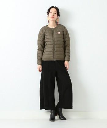 黒のワイドパンツに合わせるなど、スッキリと着こなしたいときにはこのようなカーキのインナーダウンジャケットもおススメ。軽くて暖かく、秋から春先まで大活躍してくれます。