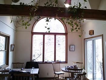 四季折々の移ろいを感じる大きなガラス窓が印象的。明るくて気持ちの良い店内は、晴れの日はもちろん雨の日もまた良いものです。