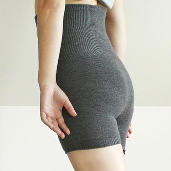 内側はシルク、外側はウールのふわふわであったかい「はらぱん」。ヒップや腰回りもキレイに馴染む、立体的な編み方を採用しています。