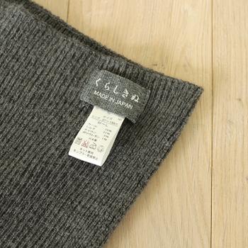 取り扱い表示のタグは外側についています。はずれやすく縫ってあるので、気になる方は最初に取ってもいいですね。  ■素材:内側シルク(21%)、外側ウール(75%)、特殊弾性糸使用(ナイロン3%、ポリウレタン1%)