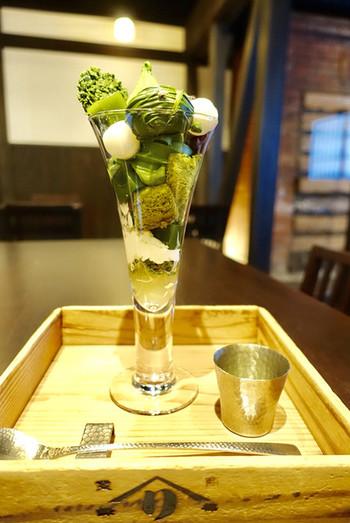 『宇治抹茶ぱふぇ〈宇治譽れ〉』は、抹茶アイスや抹茶和栗トリュフ、抹茶クランチなど多彩な抹茶スイーツから構成された、贅沢なパフェ。いくつもの宇治抹茶の薫りや余韻を味わいましょう。