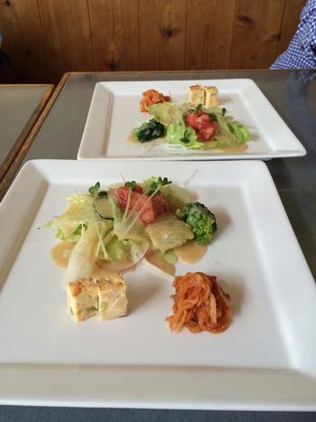 コスパが良すぎると話題のランチ。前菜だけでも、サラダやキッシュなど数種類あり、どれも手作りのやさしい味わい。その日の仕入れや季節によって内容が変わるのもお楽しみです♪