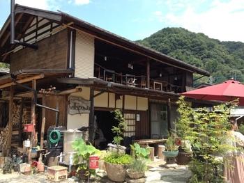 秩父線上長瀞駅より徒歩18分ほど、山の中の古民家で本格的な石窯ピザがいただける「ビラパワ」。元は養蚕農家だった建物をリノベーションしていて、昔ながらの風情が魅力的。