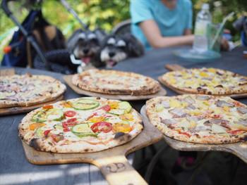 すべて手作りのピザ。焼きたてアツアツを頬張ったら、みんなが笑顔になれますね。大勢で訪れてシェアするのも楽しそう。お天気の良い日はテラス席でいただくのもおすすめです。