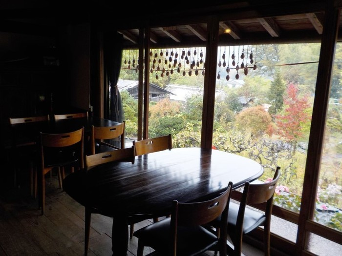 2階席から見た風景。造園家のオーナーがこだわった庭園の美しさも見どころ。長瀞の自然に包まれながらゆったり過ごしたいカフェです。
