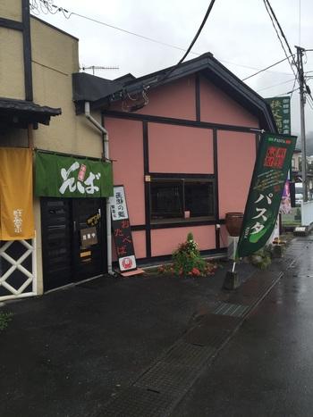 長瀞駅から徒歩5分ぐらいのところにある「野アザミ舎」は、「浅見製麺」という製麺所直営のお店。一見、地元のお蕎麦屋さんという風情ですが、実は意外なメニューが食べられるんです。