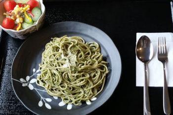 長瀞の麺として誕生したのが「蕎麦パスタ」。蕎麦の豊かな香りと、もっちりしたパスタの食感が両方楽しめる1品です。どんなソースでも合いますが、おすすめはバジルソース。爽やかな風味が蕎麦パスタのおいしさをより引き立ててくれます。