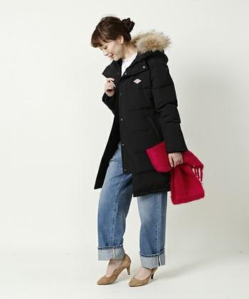 1931年にフランスで生まれた人気ワークウエアブランド「ダントン」。このブランドのダウンコートは、保温性だけでなく通気性にも優れているので、着用していてもムレにくいのが特徴です。  また、撥水加工などディテールにも優れた防寒着で、シンプルカジュアルに着こなしたい女性におススメです。