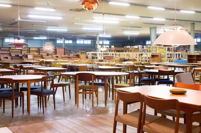 (画像提供:haluta) リペア、メンテナンスを経て新しく生まれ変わったヴィンテージ家具たち。広い建物内にずらりと並ぶ姿は圧巻です。