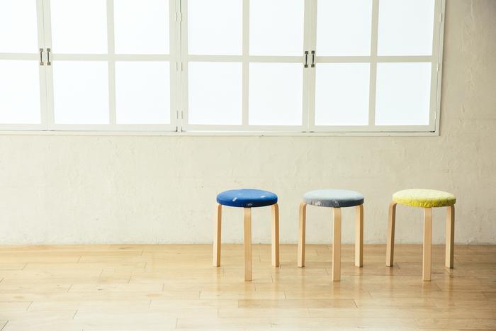 【STOOL 60 × mina dop】 写真左から、chouchoネイビー×ライトグレー、chouchoグレー×イエロー、tambourineイエロー×ブルー