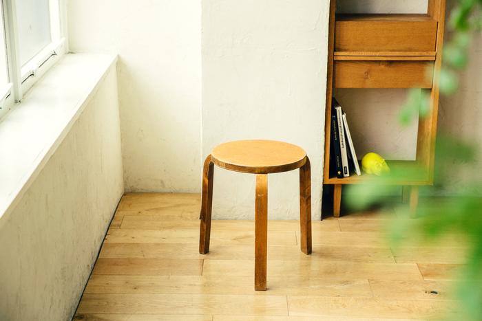 【連載】暮らしに名作をVol.3 -はじめての北欧家具に「ちょうどいい」スツール