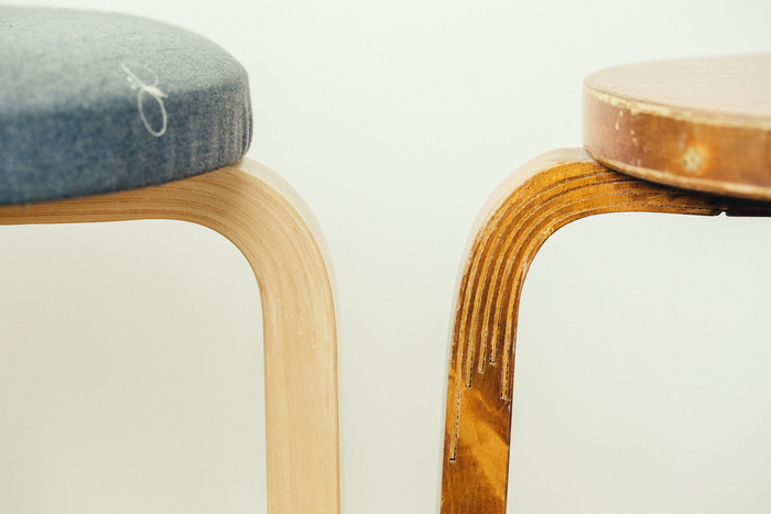 職人の丁寧な手仕事で作り上げられる脚部分。木の割れ目が美しい模様となっています。 左:STOOL 60 × mina dop、右:ヴィンテージスツール