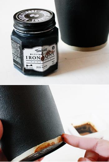 アイアンペイントで塗れば、ホンモノの鉄のような重厚感。底に白いラインを入れ、コーヒー液でほんの少し「汚し」を入れることで、使い込まれた日焼け感を表現。